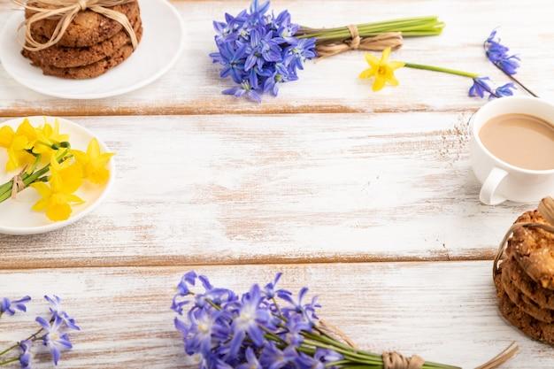 Kompozycja ramek z ciasteczkami owsianymi wiosenne kwiaty dzwonki narcyz i filiżanka kawy