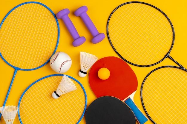 Kompozycja różnego sprzętu sportowego do fitnessu i gier