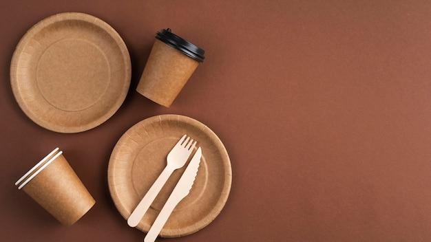 Kompozycja różnych ekologicznych zastaw stołowych