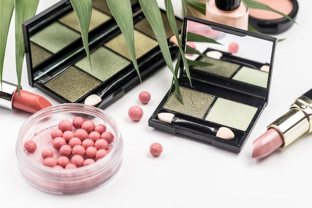 Kompozycja różnych produktów kosmetycznych pod dużym kątem
