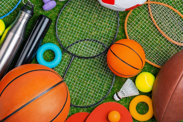 Kompozycja różnych urządzeń sportowych do fitnessu i gier