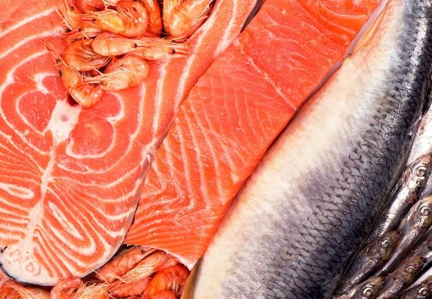 Kompozycja składa się z posiekanych kawałków świeżej ryby i krewetek.