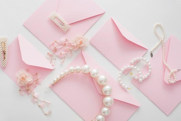 Kompozycja ślubna biżuterii dla panny młodej i widok z góry zaproszenia. pomysły na kartki ślubne.