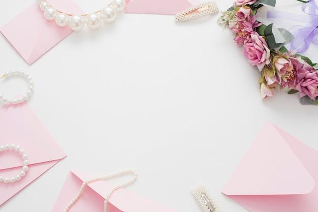 Kompozycja ślubna biżuterii dla panny młodej i widok z góry zaproszenia.