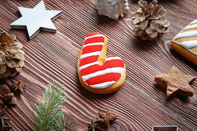 Kompozycja smacznego ciasteczka i świątecznego wystroju na drewnianym stole, widok z bliska