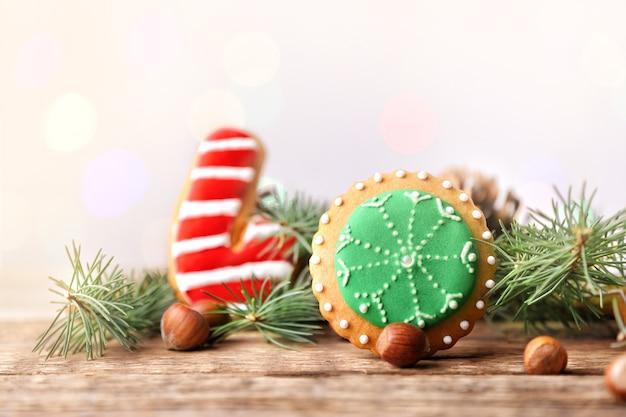 Kompozycja smacznego świątecznego ciasteczka i naturalnego wystroju na drewnianym stole