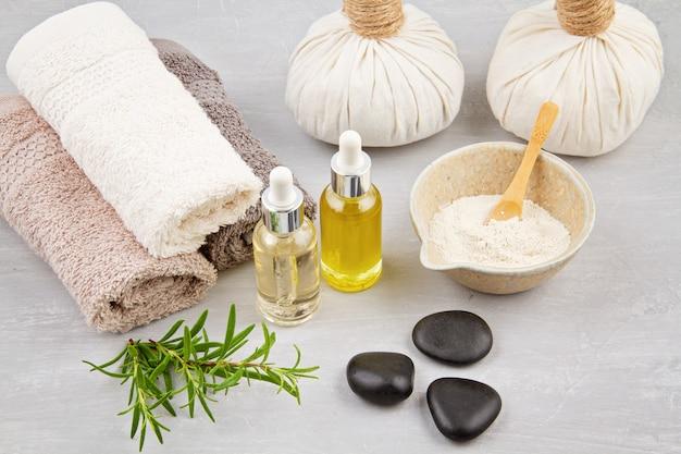 Kompozycja spa i wellness z serum, ręcznikami i kosmetykami