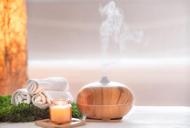 Kompozycja spa o zapachu nowoczesnego dyfuzora olejkowego z produktami do pielęgnacji ciała.