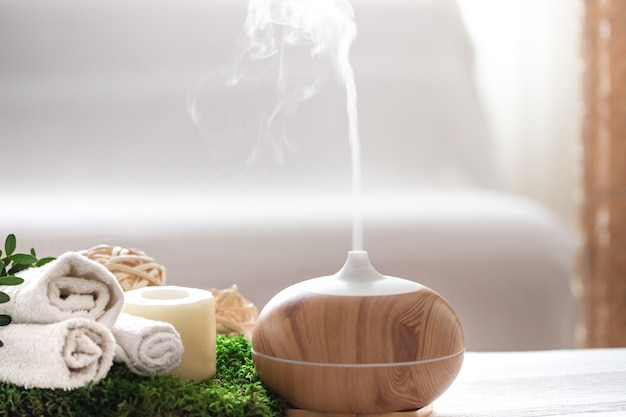 Kompozycja spa z aromaterapią i artykułami do pielęgnacji ciała.