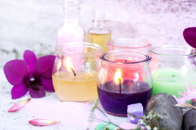 Kompozycja spa z aromatycznym światłem świec i kwiatem orchidei