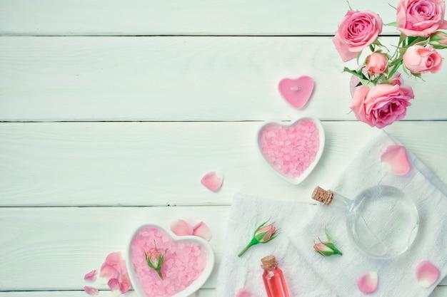 Kompozycja spa z butelkami na olej, miską soli i ręcznikami naśladuje przestrzeń