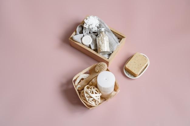 Kompozycja spa z mydłem, pędzelkiem, świecą i różnymi akcesoriami do kąpieli w pudełkach.