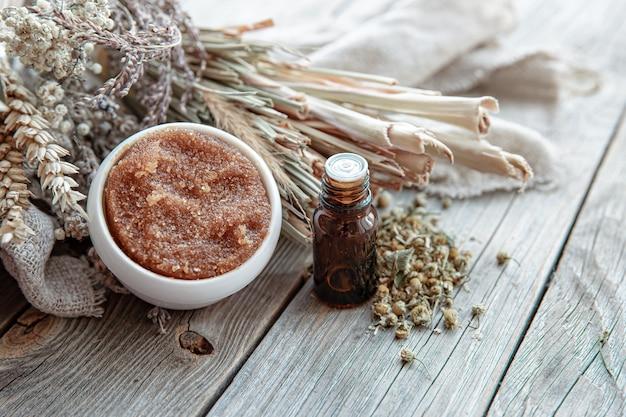 Kompozycja spa z naturalnymi produktami do pielęgnacji ciała w stylu rustykalnym.