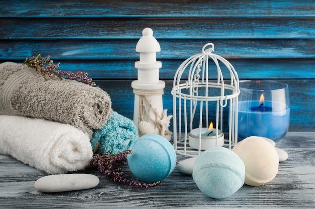 Kompozycja spa z niebieskimi waniliowymi bombami do kąpieli, kwiatami wrzosu