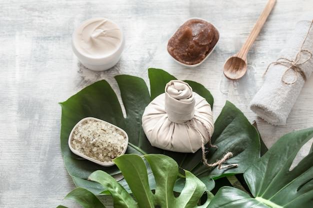 Kompozycja spa z produktami wellness do pielęgnacji ciała.