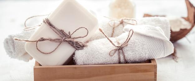 Kompozycja spa z ręcznikami i mydłem