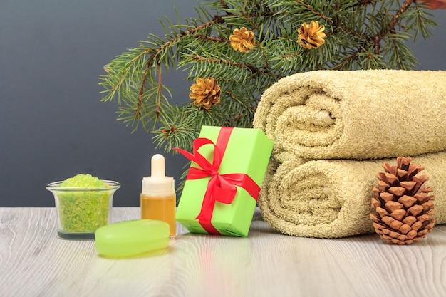 Kompozycja spa z ręcznikiem, olejkiem aromatycznym, pudełkiem prezentowym, solą morską i mydłem