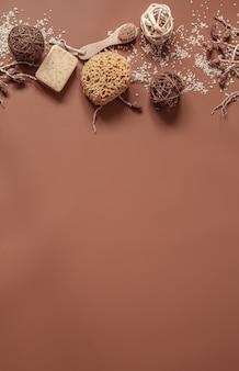 Kompozycja spa z rozrzuconą solą morską i produktami do pielęgnacji skóry kopiuje przestrzeń.