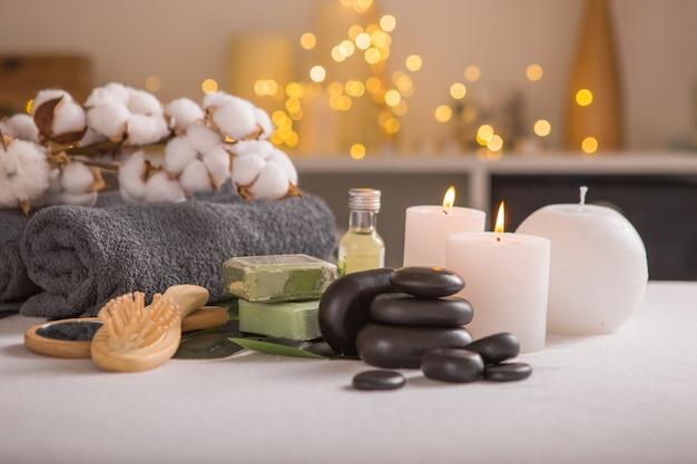 Kompozycja spa z świąteczną dekoracją. wakacyjne leczenie spa. koncepcja zen i relaks.