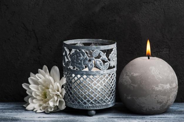 Kompozycja spa z zapalonymi świecami