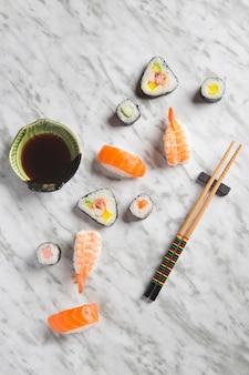 Kompozycja sushi na marmurze