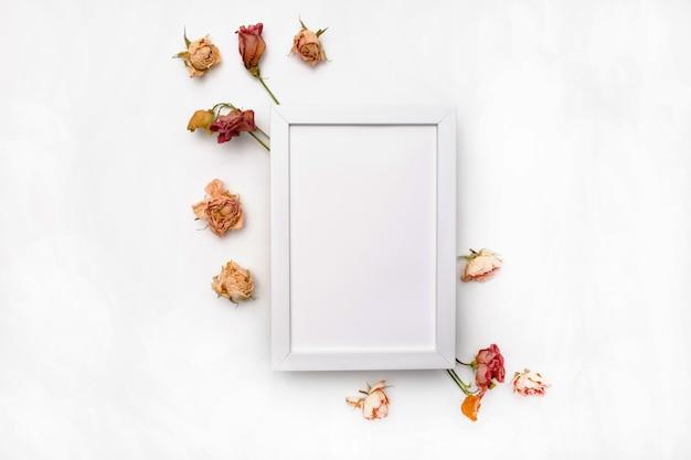 Kompozycja suszonych kwiatów. rama wykonana z suszonej róży. leżał z płaskim, widok z góry jesienny kwiatowy wzór