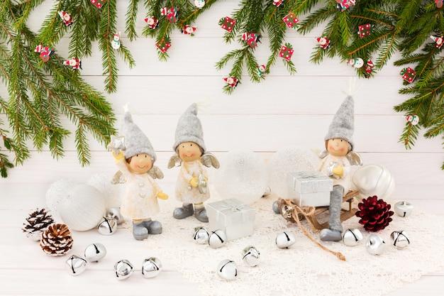 Kompozycja świąteczna. anioły, choinka, białe drewniane tła.