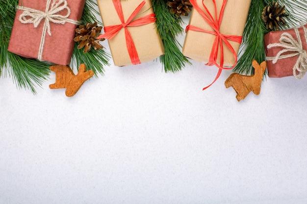 Kompozycja świąteczna. bożenarodzeniowe białe dekoracje, jedlinowe gałąź z zabawki prezenta pudełkami na białym tle.