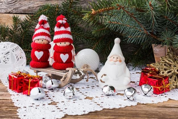 Kompozycja świąteczna. choinka, prezenty i gnomy