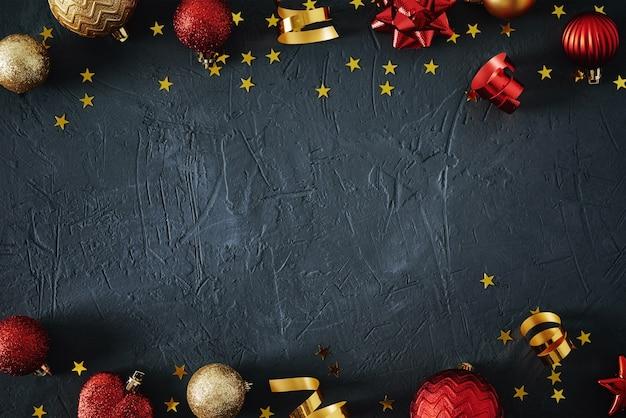 Kompozycja świąteczna. czerwone i złote bombki i świąteczne wstążki