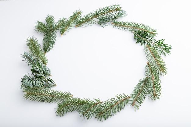 Kompozycja świąteczna. dekoracje, gałęzie jodły i świerku na białym tle.