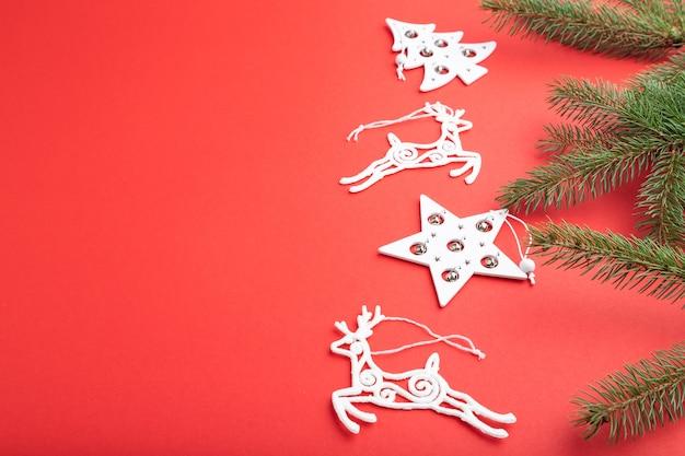 Kompozycja świąteczna. dekoracje na czerwonym tle pastelowym.