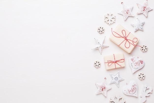 Kompozycja świąteczna. drewniane dekoracje, gwiazdki na białej powierzchni. boże narodzenie, zima, koncepcja nowego roku. leżał na płasko, widok z góry, miejsce na kopię.