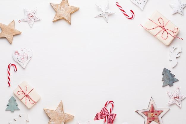 Kompozycja świąteczna. drewniane dekoracje, gwiazdy na białym tle. boże narodzenie, zima, koncepcja nowego roku. widok płaski, widok z góry.