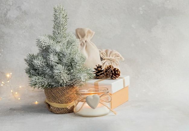 Kompozycja świąteczna lub noworoczna choinka świeca girlanda pudełko prezentowe pudełko