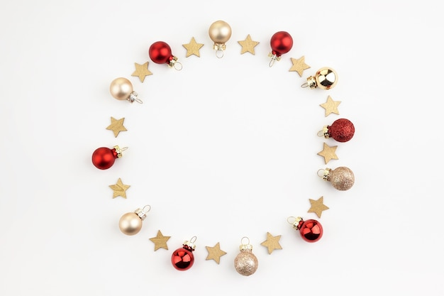 Kompozycja świąteczna lub noworoczna. okrągła rama wykonana z dekoracji świątecznej na białym tle z miejsca kopiowania tekstu. leżał płasko.
