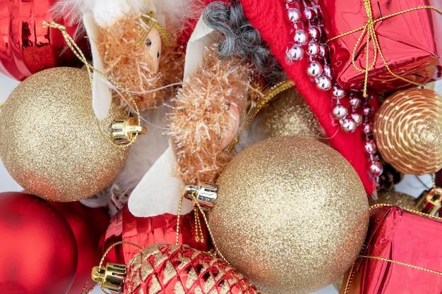 Kompozycja świąteczna na białym prześcieradle z bombkami i aniołkami