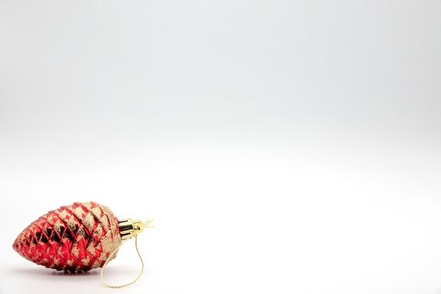 Kompozycja świąteczna na białym prześcieradle z bombkami, pudełkami i aniołami