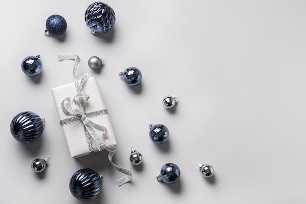 Kompozycja świąteczna na płasko z klasycznymi niebieskimi szklanymi kulkami. zobacz fom powyżej. szczęśliwego nowego roku.