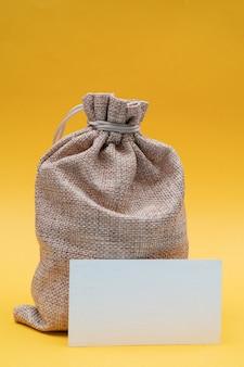 Kompozycja świąteczna na żółto. płótno prezentowa torba świętego mikołaja.