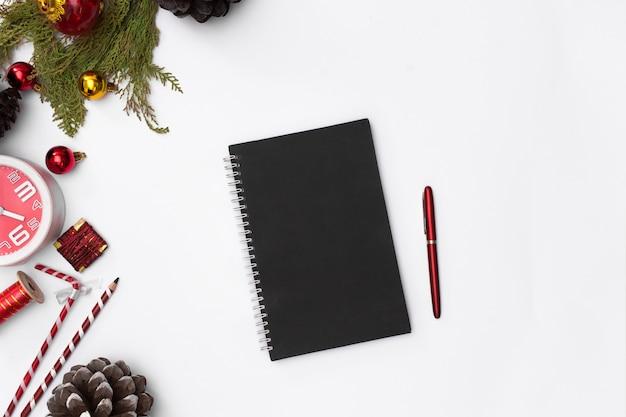 Kompozycja świąteczna, notatnik. boże narodzenie, zima, nowy rok koncepcji. widok płaski, widok z góry,