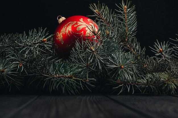 Kompozycja świąteczna nowy rok. widok z góry choinkowe gałęzie i kulki ramki na drewniane tła