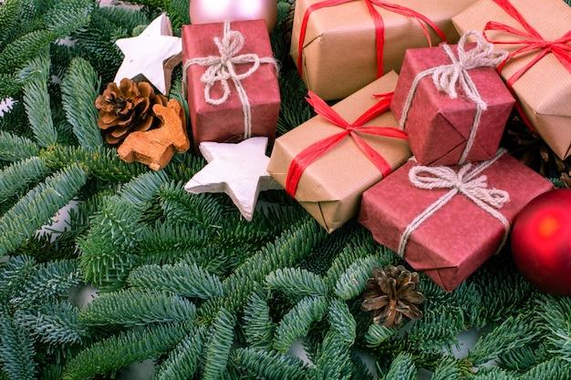 Kompozycja świąteczna. ozdoby choinkowe, gałęzie jodły z pudełkami na zabawki. kartka z życzeniami. leżał płasko, widok z góry, miejsce