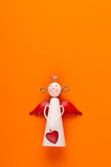 Kompozycja świąteczna. ozdoby świąteczne na pomarańczowym tle. leżał na płasko, widok z góry, miejsce na kopię.