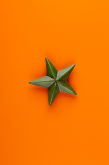 Kompozycja świąteczna. ozdoby świąteczne na pomarańczowym tle. leżał płasko, widok z góry, miejsce na kopię.