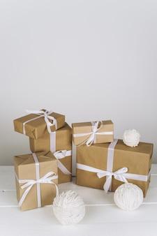 Kompozycja świąteczna. prezent na boże narodzenie na białej powierzchni