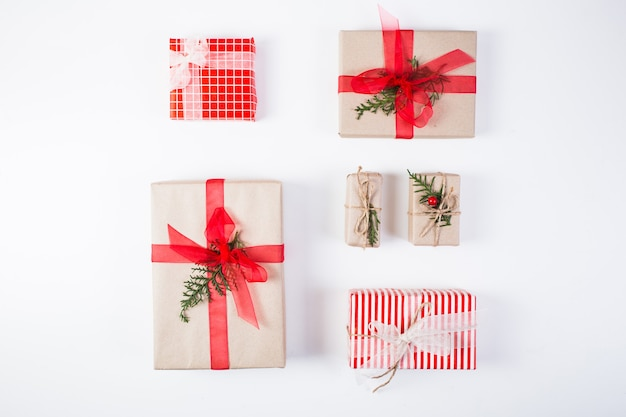 Kompozycja świąteczna. prezent, świąteczne dekoracje, gałęzie cyprysowe, szyszki na białym tle