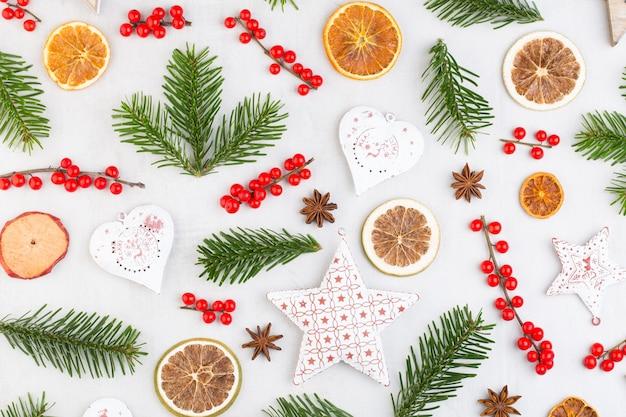 Kompozycja świąteczna. prezenty, dekoracje szyszek na białej powierzchni. boże narodzenie, zima, koncepcja nowego roku. leżał z płaskim, widok z góry, miejsce na kopię .. leżał z płaskim. widok z góry.