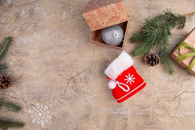 Kompozycja świąteczna. prezenty, gałęzie jodły, dekoracje na tle kraft. boże narodzenie, zima, koncepcja nowego roku.