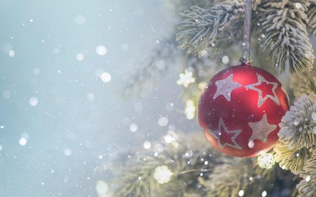 Kompozycja świąteczna. prezenty, gałęzie jodły, dekoracje na tle wakacje. boże narodzenie, zima, koncepcja nowego roku.